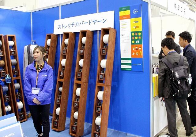 大手合繊メーカーなど59社・団体が最新の「糸」を出展した北陸ヤーンフェア=10月16日、福井県福井市の県産業会館