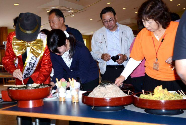 山のように盛られた料理が提供される「メガ盛りフェスタ」のお披露目会=15日、道の駅「阿賀の里」