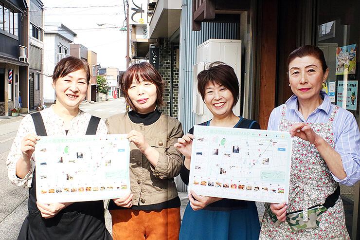 商店街のマップをPRする女性たち