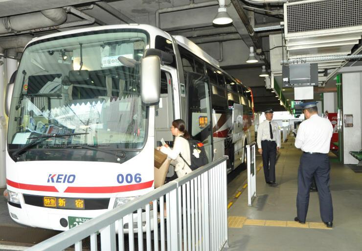 運行を一部再開した新宿行きの高速バスに乗り込む乗客=松本市の松本バスターミナル