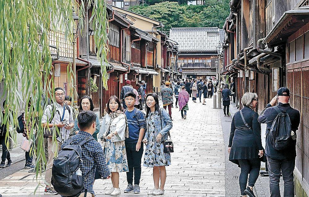 風情ある街並みが残り、観光客に人気のひがし茶屋街