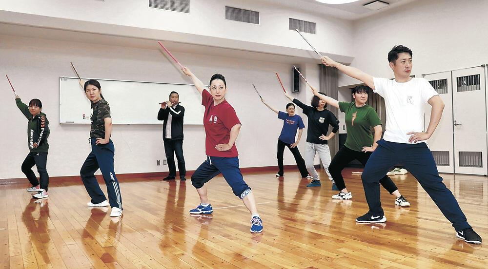 皇居前広場での披露に向けて練習に励むメンバー=加賀市山代地区会館