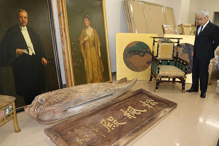 米国の別邸から到着した高峰の肖像画や天井画