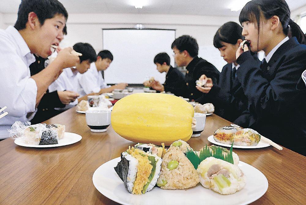 試食会で3品のおにぎりを味わう生徒=鹿西高