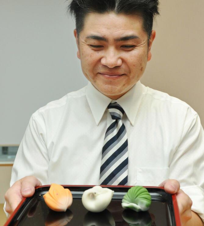 「信濃の国楽市楽座」で実演を披露する菓子職人の土江さん