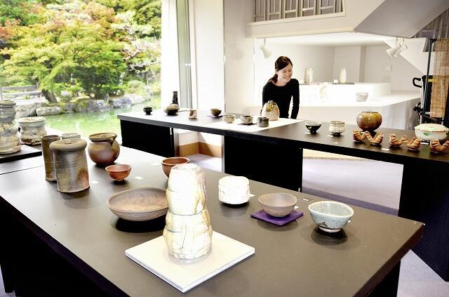 多彩な越前焼の茶道具が並ぶ展示会=福井県越前町の福井県陶芸館