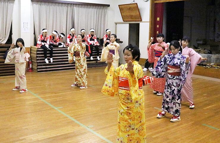 「東京五輪音頭-2020-」を練習する女子児童