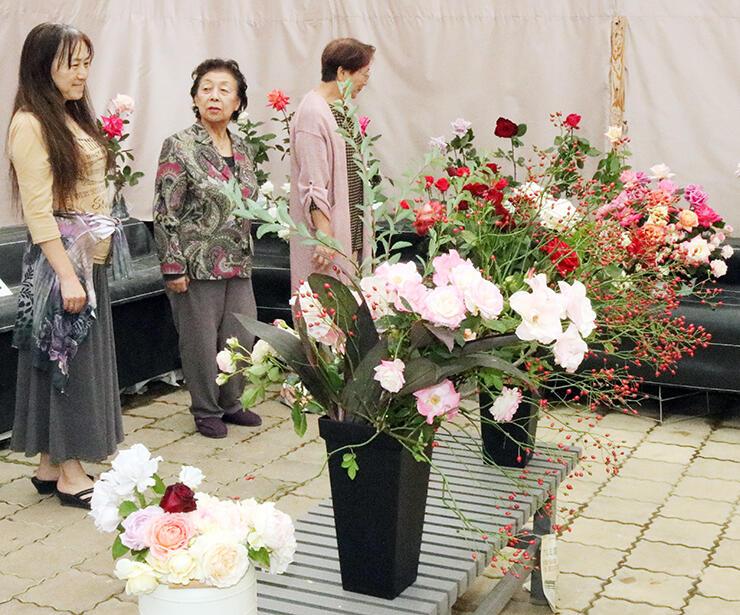 色鮮やかなバラが並ぶ会場