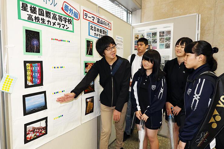 他校の生徒に映える写真バトル番外編の写真について説明する星槎国際の生徒(左)=CiCビル