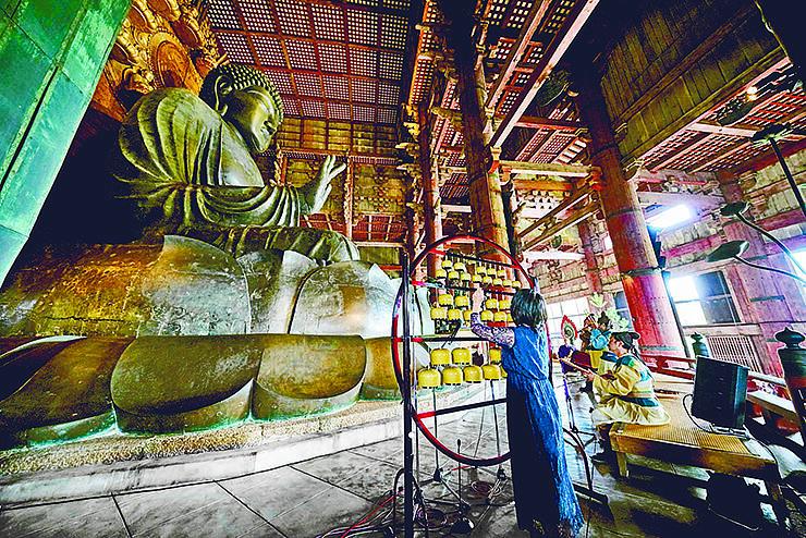 大仏殿で奉納された現代散楽の舞台