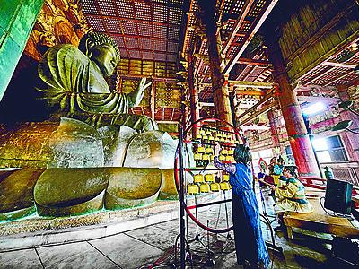 東大寺で現代散楽 高岡の山口久乗が上演