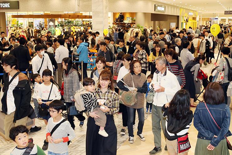 大勢の買い物客で混雑する店内=ファボーレ