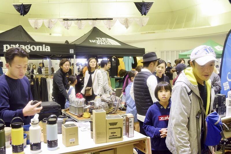 国内外約70のアウトドアブランドが集まり、多くの家族連れらでにぎわう「キャンプ・オブ・ワンダー2019」=10月19日、福井県坂井市ゆりの里公園