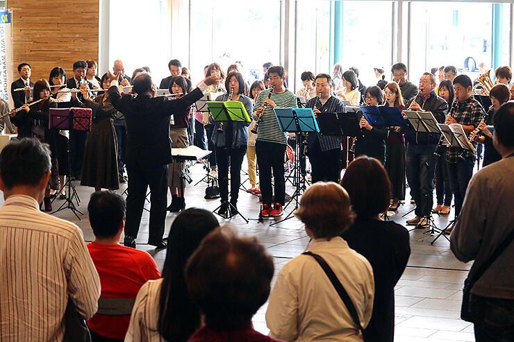 迫力ある演奏を披露した県社会人吹奏楽連盟のコンサート=富山駅南北自由通路