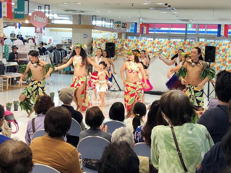 鮮やかな衣装でタヒチアンダンスを踊る出演者