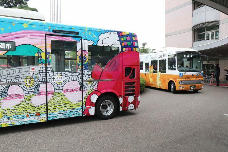 完成した新潟市観光循環バスの新車両=18日、新潟市役所