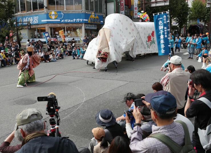 大勢の観客の前で勇壮に演舞する一色獅子舞保存会=20日午後0時31分、飯田市