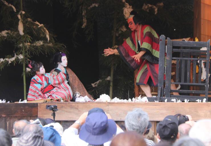 観客席から盛んに「おひねり」が飛んだ大鹿歌舞伎の舞台