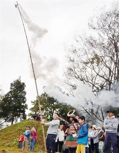 福井市の一乗城山へ向け、のろしを上げる地元住民ら=10月20日、福井県鯖江市上戸口町の三峯城跡