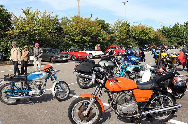 往年のオートバイや自動車が並んだ会場