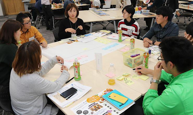 箕輪町の特産品を使った土産品のアイデアを出し合う参加者たち