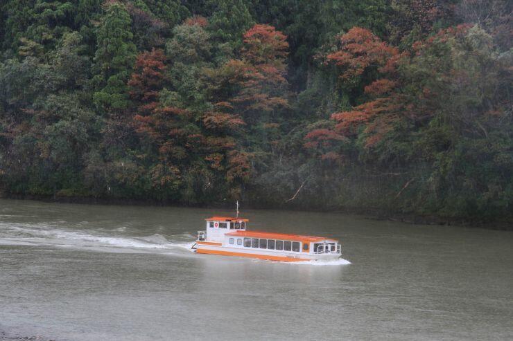 台風19号による運休後、初めての乗客を乗せ運航再開した阿賀野川遊覧船=22日、阿賀町
