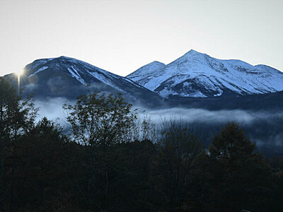 白い峰々はっきりと 乗鞍岳などで初冠雪
