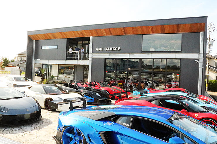 お披露目会が開かれた店舗。前には高級車が並んだ