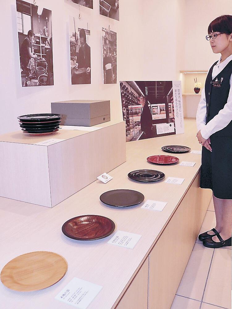 常設展示された隈さんデザインの輪島塗セット=輪島市の輪島塗会館