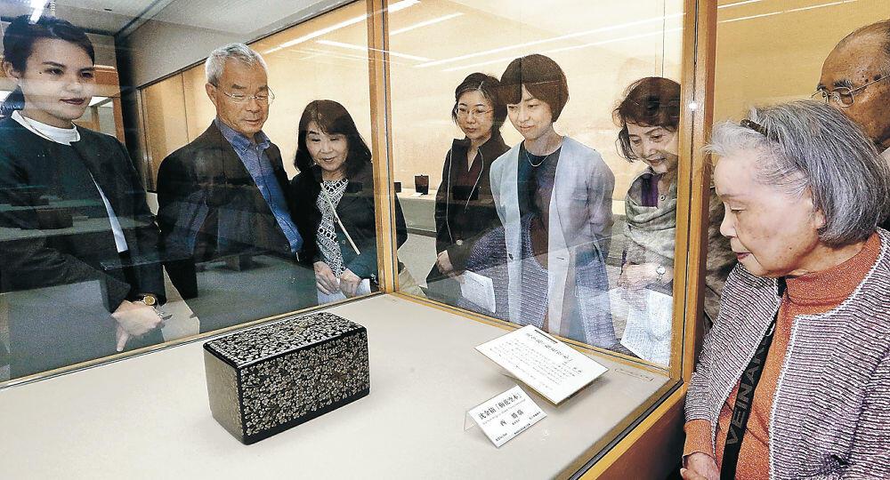 日本工芸会保持者賞に選ばれた西さんの作品を鑑賞する来場者=金沢市の石川県立美術館