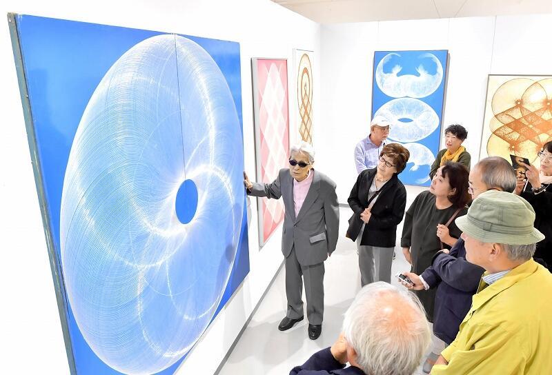 内覧会で作品について語る八田豊さん(中央)=10月25日、あわら市の金津創作の森美術館
