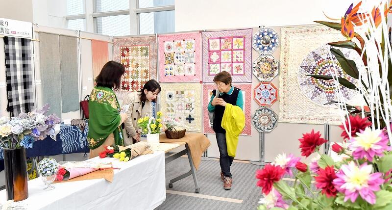 福井新聞文化センターの受講生の作品が並ぶ文化祭=10月25日、福井新聞社