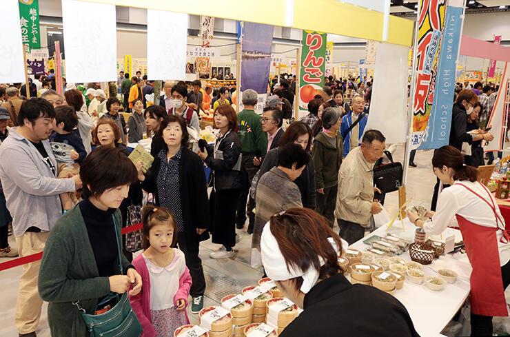 県産食材を使った弁当や総菜を買い求める来場者でにぎわう会場