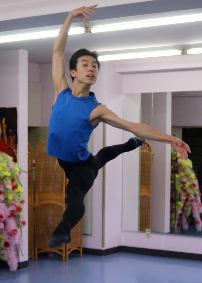 米国公演に向け、得意のジャンプを練習する德山さん=金沢市上堤町