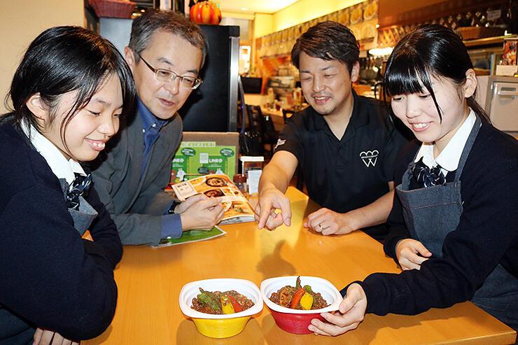 こうじキーマカレーを囲み、意見を交わす滑川高生や森田オーナー(右から2人目)ら