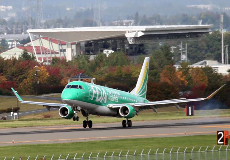 県営松本空港に到着した神戸空港からの初便=27日午前10時44分