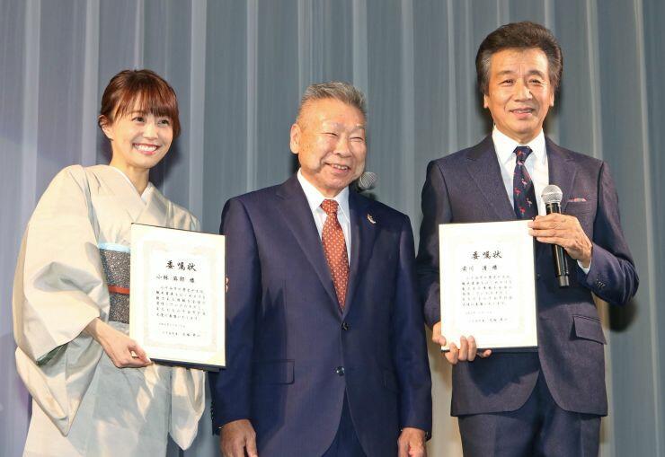 小千谷市のPR大使に任命された前川清さん(右)と小林麻耶さん(左)=小千谷市総合体育館