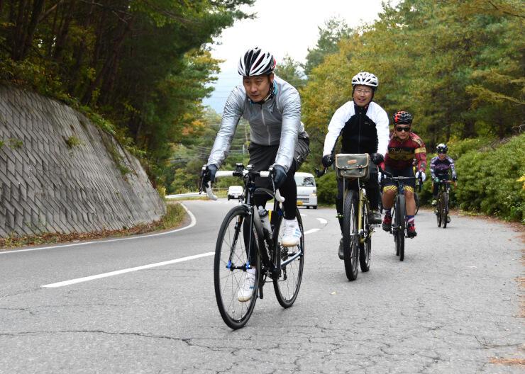 塩嶺王城観光開発協議会が観光商品化を目指すコースを自転車で試走する参加者たち=岡谷市