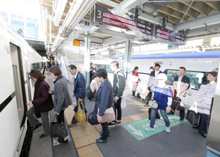 運行を再開した特急あずさに乗り込む人たち=28日午後2時44分、松本駅