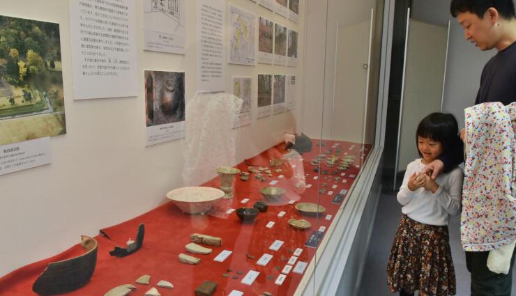 小笠原氏の城跡から出土した陶器などが並ぶ企画展