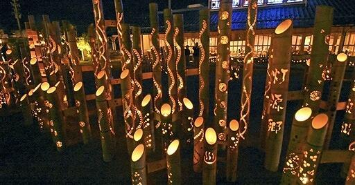 温泉街を幻想的な光で包んだ昨年の「あわら灯源郷」=2018年11月3日夜、福井県あわら市のあわら温泉湯のまち広場