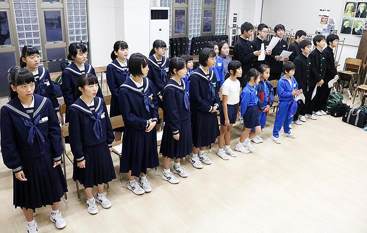 「ふるさとにて」のオリジナル曲を練習する小中学生