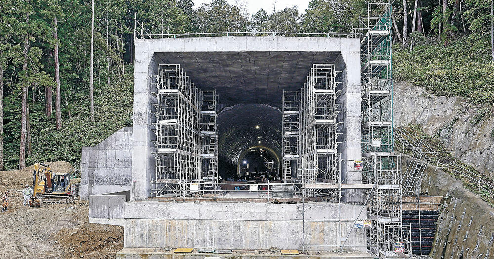 29日に貫通した北陸新幹線加賀トンネルの石川県側入り口。着々と工事が進む=加賀市細坪町