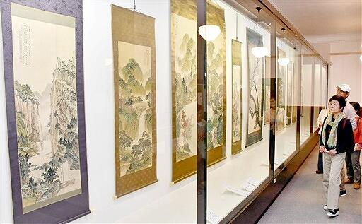 内海吉堂の作品がずらりと並ぶ会場=福井県敦賀市立博物館