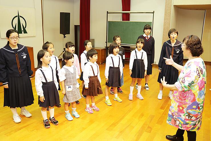 本番に向けて練習する小矢部児童合唱団