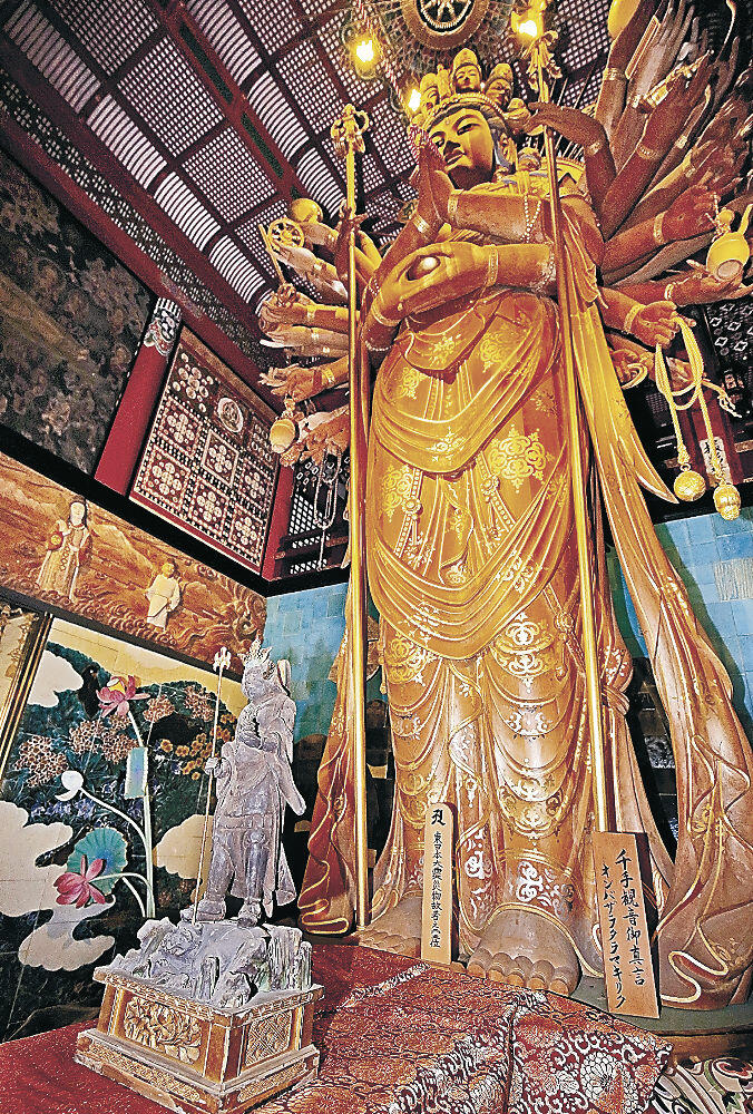 初公開された毘沙門天の木像(左)と十一面千手観世音菩薩=小松市の那谷寺金堂華王殿