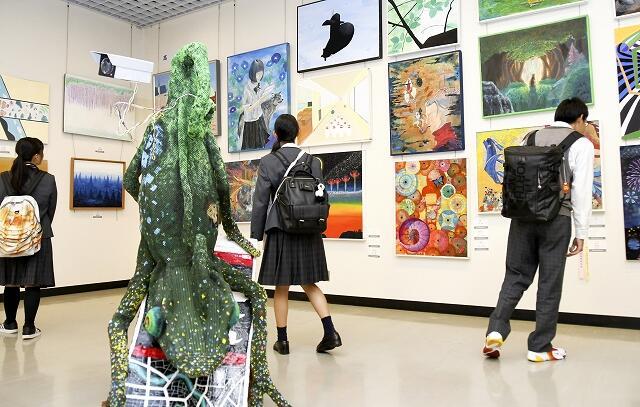 若さあふれる力作が並ぶ福井県高校総合文化祭の作品展=11月1日、福井県福井市の県立美術館