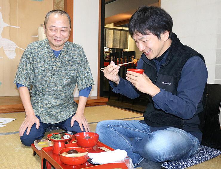 再現した御膳を試食し、意見を交わす経沢さん(左)と加藤学芸員