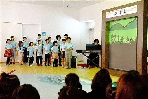 ジュニア合唱団の歌や、影絵などが披露されたてんぐちゃん広場のオープン記念イベント=2日、福井県越前市のアル・プラザ武生3階