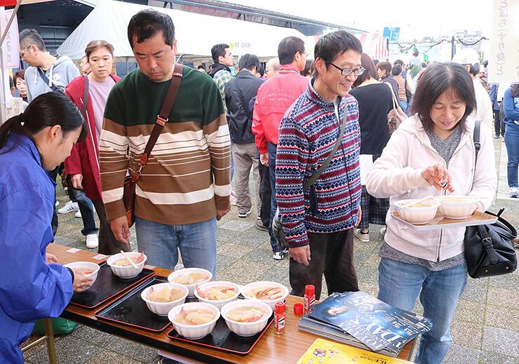カニやフグ、すり身が入った氷見海鮮鍋を求めて列をつくる来場者